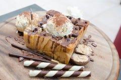 Nahaufnahme des Honigtoasts mit Eiscreme Stockbild