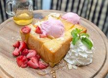 Nahaufnahme des Honigtoasts mit Eiscreme und Früchten Stockbild