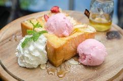 Nahaufnahme des Honigtoasts mit Eiscreme und Früchten Stockfoto