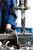 Nahaufnahme des Industriearbeiters ein Loch bohrend Stockfotos