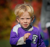 Nahaufnahme des Jungen Fußball spielend Lizenzfreies Stockbild