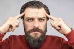 Nahaufnahme des jungen Mannes stark denkend Lizenzfreie Stockfotos