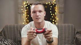 Nahaufnahme des jungen Mannes Videospiel spielend stock video footage