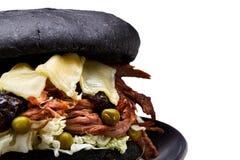 Nahaufnahme des köstlichen frischen gemachten Hauptburgers auf einem weißen Hintergrund, flache Schärfentiefe, selektiver Fokus stockfoto