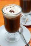 Nahaufnahme des Kaffees mit Sahne Stockfotografie