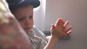 Nahaufnahme des Kindes, das im Flugzeug nach Start oder der Landung applaudiert stock video