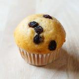 Nahaufnahme des kleinen Kuchens auf hölzernem Stockfoto