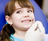 Nahaufnahme des kleinen Mädchens seins Mund weit während der Inspektion öffnend Stockfotografie