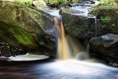 Nahaufnahme des kleinen Wasserfalls lizenzfreies stockbild