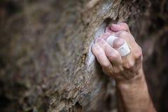 Nahaufnahme des Kletterer ` s Handergreifenden Griffs lizenzfreies stockbild