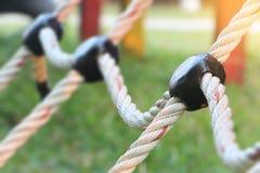 Nahaufnahme des kletternden Spielplatzes des Seils für Kind auf Wiese Lizenzfreies Stockfoto