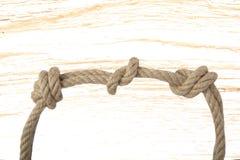Nahaufnahme des Knotens oder des Knotens von zwei Seilen vor hellem woode lizenzfreie stockfotografie