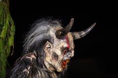 Nahaufnahme des Kopfes des gehörnten Teufels im traditionellen krampuslauf mit hölzernen Masken in Retz, Österreich lizenzfreie stockfotos