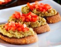 Nahaufnahme des krustigen bruschetta mit Auberginen und gehackten Tomaten lizenzfreies stockbild