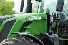 Nahaufnahme des landwirtschaftlichen Traktors FENDT 828 Vario auf den Feldern Stockbild
