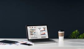 Nahaufnahme des Laptops mit Diagrammen, Diagrammen und Diagrammen auf Schirm auf weißer Tabelle Lizenzfreie Stockfotografie
