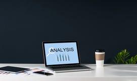 Nahaufnahme des Laptops mit statistischer Analyse der Aufschrift auf Schirm auf weißer Tabelle Lizenzfreies Stockbild
