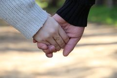 Nahaufnahme des liebevollen Paarhändchenhaltens Lizenzfreie Stockfotos