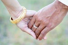 Nahaufnahme des liebevollen Paarhändchenhaltens Stockbilder