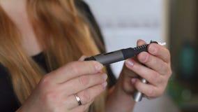 Nahaufnahme des Mädchendiabetikers benutzt einen Insulinstift stock footage