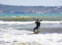 Nahaufnahme des männlichen jungen Surfers reitet grüne Wellen lizenzfreie stockfotografie