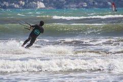 Nahaufnahme des männlichen jungen Surfers reitet grüne Wellen stockfotos