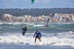 Nahaufnahme des männlichen jungen Surfers reitet grüne Wellen lizenzfreie stockfotos