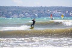 Nahaufnahme des männlichen jungen Surfers reitet grüne Wellen stockfotografie