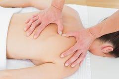 Nahaufnahme des männlichen Physiotherapeuten die Rückseite der Frau massierend Stockfotos