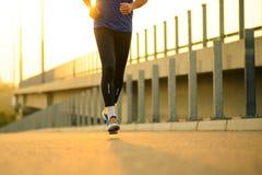 Nahaufnahme des männlichen Sports bemannt die Beine, die bei Sonnenuntergang laufen Gesunder Lebensstil und Sportkonzept lizenzfreie stockbilder