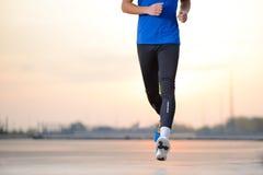 Nahaufnahme des männlichen Sports bemannt die Beine, die bei Sonnenuntergang laufen Gesunder Lebensstil und Sportkonzept lizenzfreies stockfoto