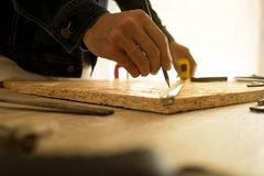 Nahaufnahme des männlichen Tischlers ein Maßband in der Werkstatt halten lizenzfreie stockbilder
