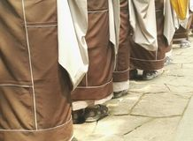 Nahaufnahme des Mönchs Begging für Almosen auf Buddhas Geburtstag in China Lizenzfreie Stockbilder