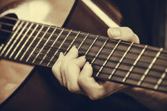 Nahaufnahme des Mannes Akustikgitarre spielend Lizenzfreie Stockfotos