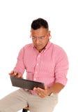 Nahaufnahme des Mannes arbeitend an Tabletten-PC Stockfotografie