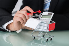 Nahaufnahme des Mannes Einkaufslaufkatze halten Lizenzfreie Stockfotos