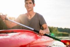 Nahaufnahme des Mannes Kayak fahrend stockfotos