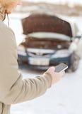 Nahaufnahme des Mannes mit defektem Auto und Handy Stockbilder