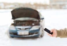 Nahaufnahme des Mannes mit defektem Auto und Smartphone Stockfotografie