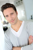 Nahaufnahme des Mannes mit schönen blauen Augen Stockbilder