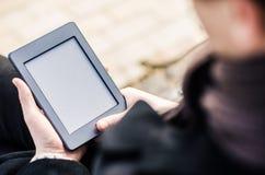 Nahaufnahme des Mannes Touch Screen Gerät halten, das ein EBook zeigt Stockfotografie