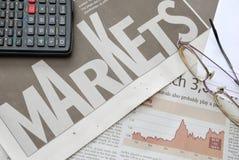 Nahaufnahme des Markttextes und des Finanzdiagramms Stockbild