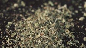 Nahaufnahme des medizinischen Marihuanas auf dem Tisch stock footage