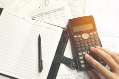 Nahaufnahme des menschlichen Buchhalters Berechnungen beim Sitzen machend am Schreibtisch im Büro Stockfoto