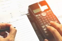 Nahaufnahme des menschlichen Buchhalters Berechnungen beim Sitzen von a machend Stockfotos