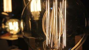 Nahaufnahme des Metalldrahtinneres belichtete Glühlampe Edison, Weinlesegegenstände stock video footage