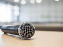 Nahaufnahme des Mikrofons im Konferenzzimmer mit bokeh Licht Stockfotos