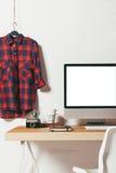 Nahaufnahme des minimalen Büros auf weißem Hintergrund Stockbilder