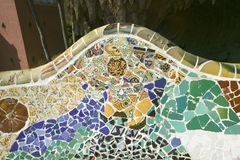 Nahaufnahme des Mosaiks des farbigen Keramikziegels durch Antoni Gaudi bei seinem Parc Guell, Barcelona, Spanien Stockbild