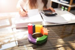 Nahaufnahme des multi farbigen 3d Kreisdiagramms lizenzfreie stockfotografie